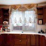 Ламбрекен на кухни классического стиля