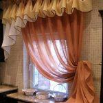 Занавески из цветного тюля на окне кухни