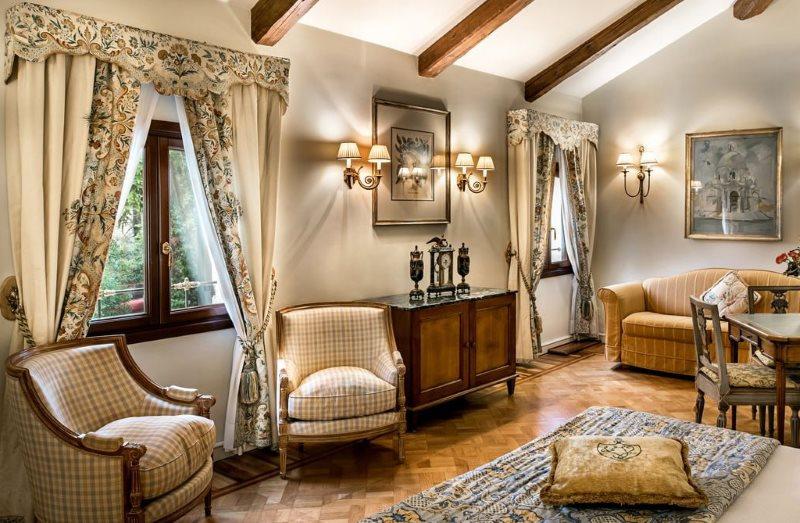 Интерьер гостиной с ламбрекенами на окнах