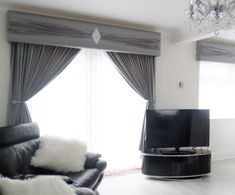 Строгий ламбрекен в гостиной современного стиля