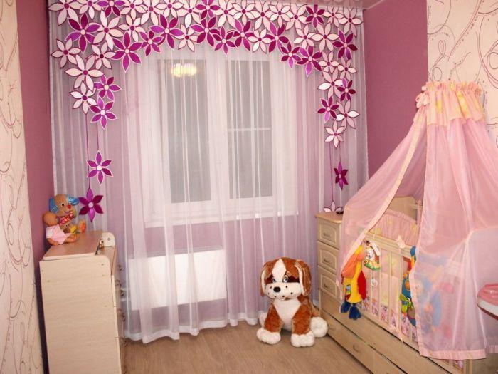 Оригинальный ламбрекен на окне в детской комнате