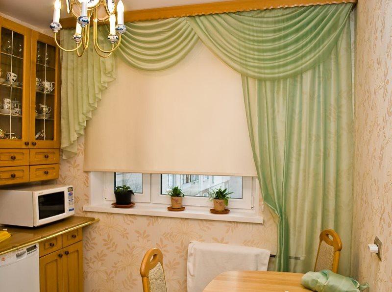 Кухонное окна с рулонной шторой и ламбрекеном