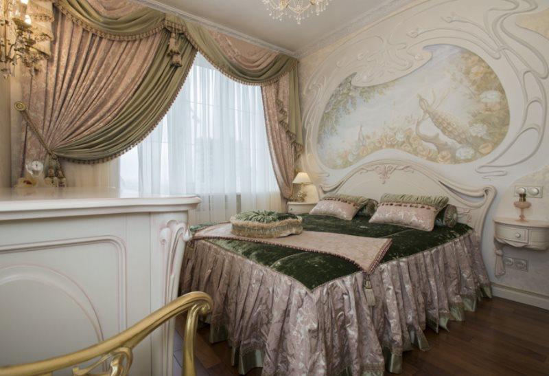 Красивая спальня с ламбрекеном на окне