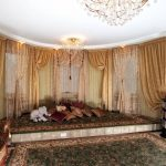 Дорогие шторы с ламбрекеном в зале частного дома