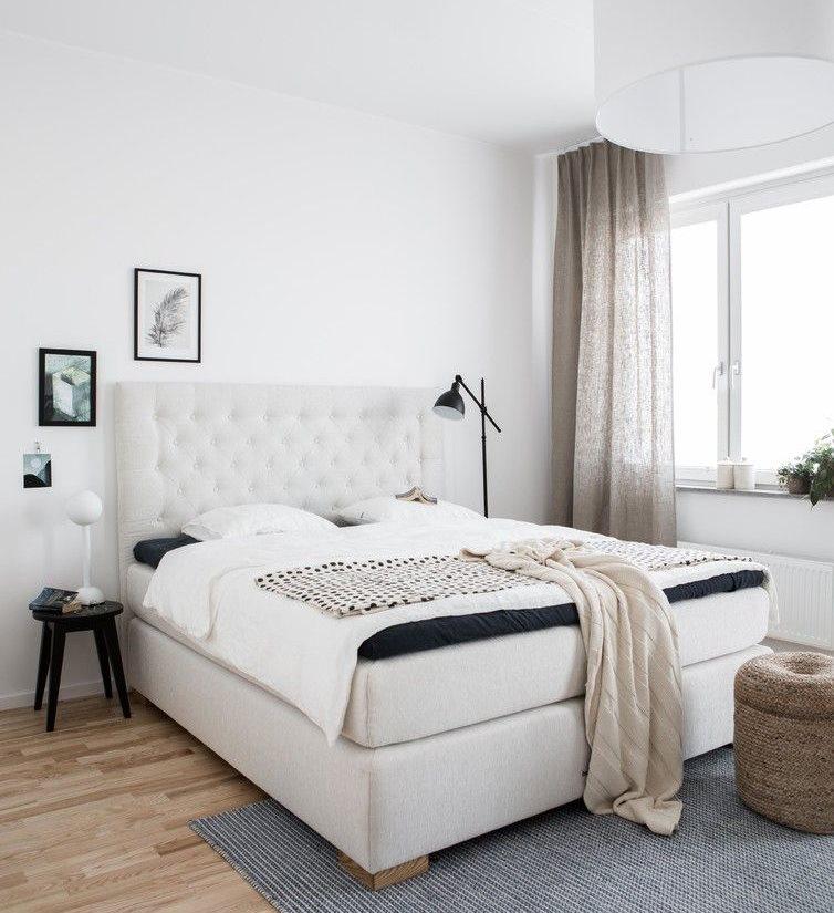 Льняные шторы в спальне с белыми стенами