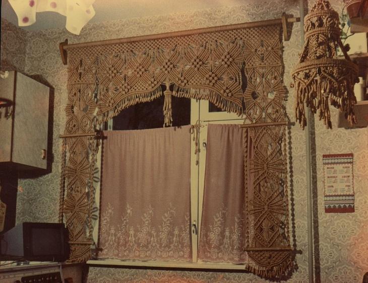 Оформление кухонного окна самодельной занавеской из бечевки