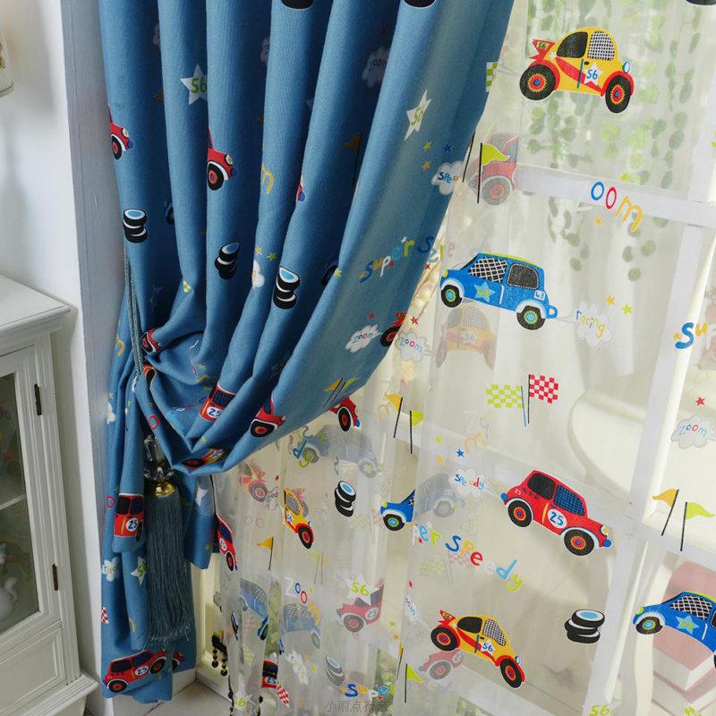 Игрушечные машинки на тюле в комнате мальчика