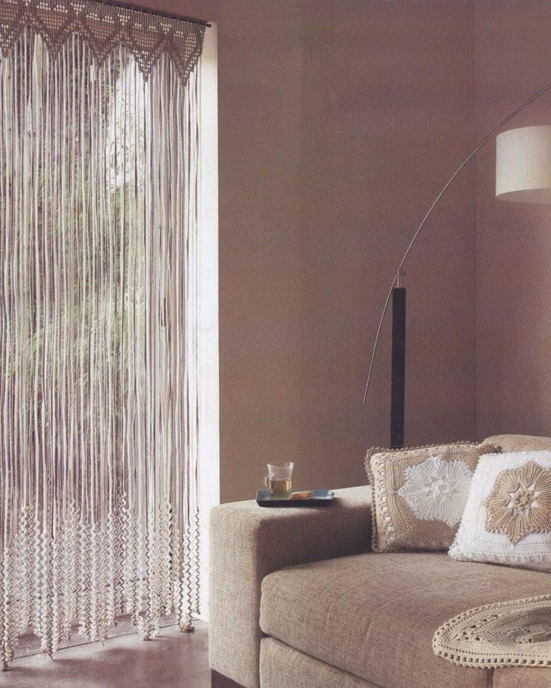 Дизайн гостиной с нитяной шторой в дверном проеме