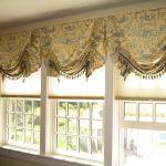Очень красиво смотрятся простые рулонные шторы и оригинальные римские с украшением