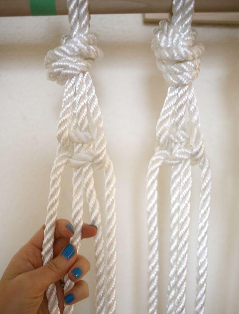 Затягивание узлов при плетении занавески из синтетической веревки