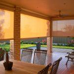 Плотные полупрозрачные шторы для летней терассы