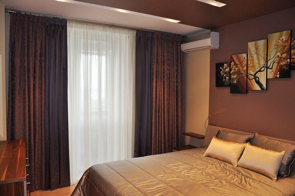 Плотные шторы в интерьере спальни