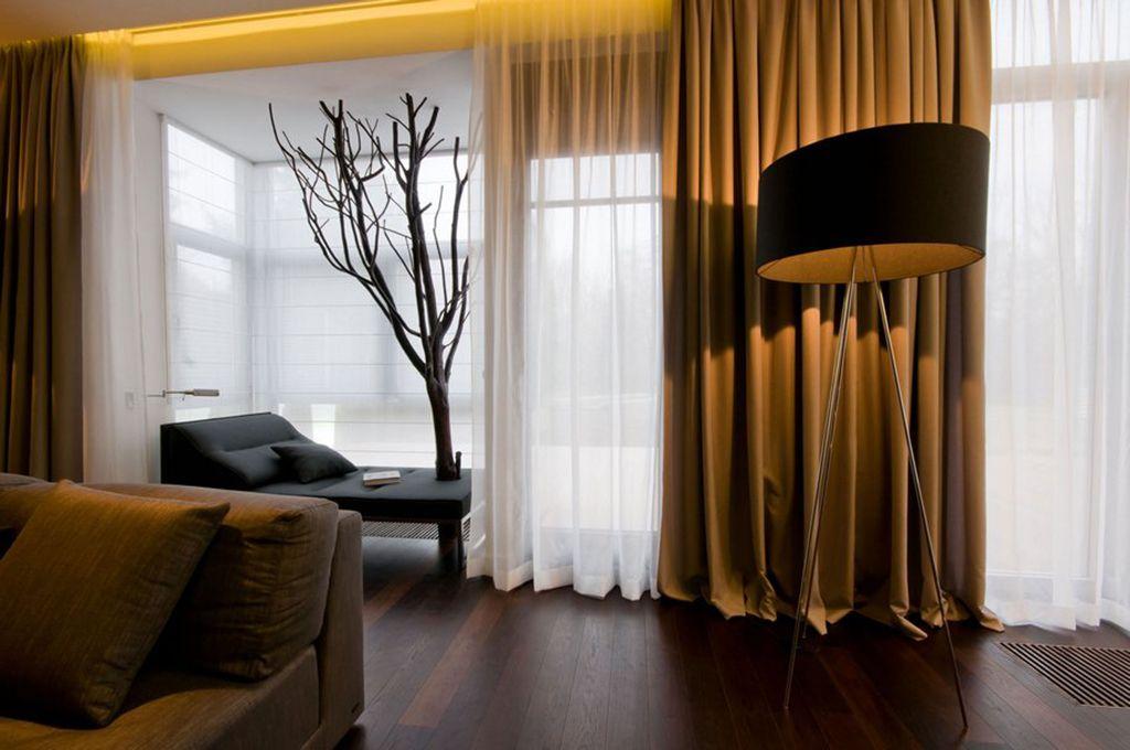 Декорирование панорамных окон в гостиной загородного дома