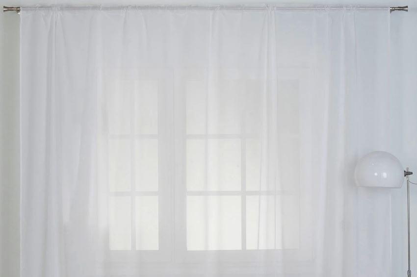 Плотная тюлевая занавеска на окне в гостиной