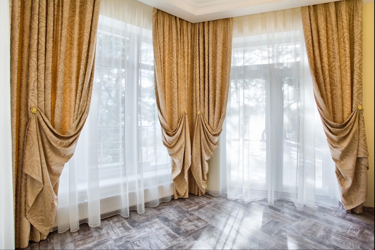 шторы в гостиной с подхватами