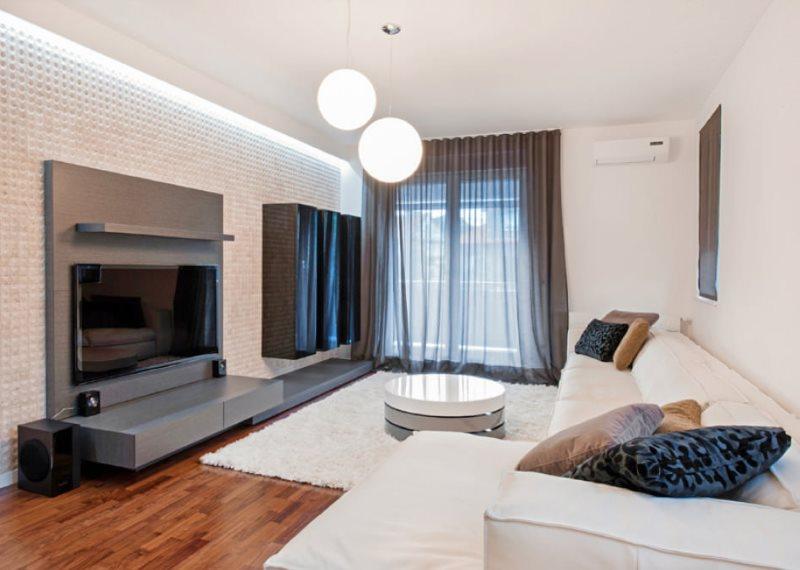 Прозрачная занавеска серого цвета в интерьере гостиной стиля хай тек