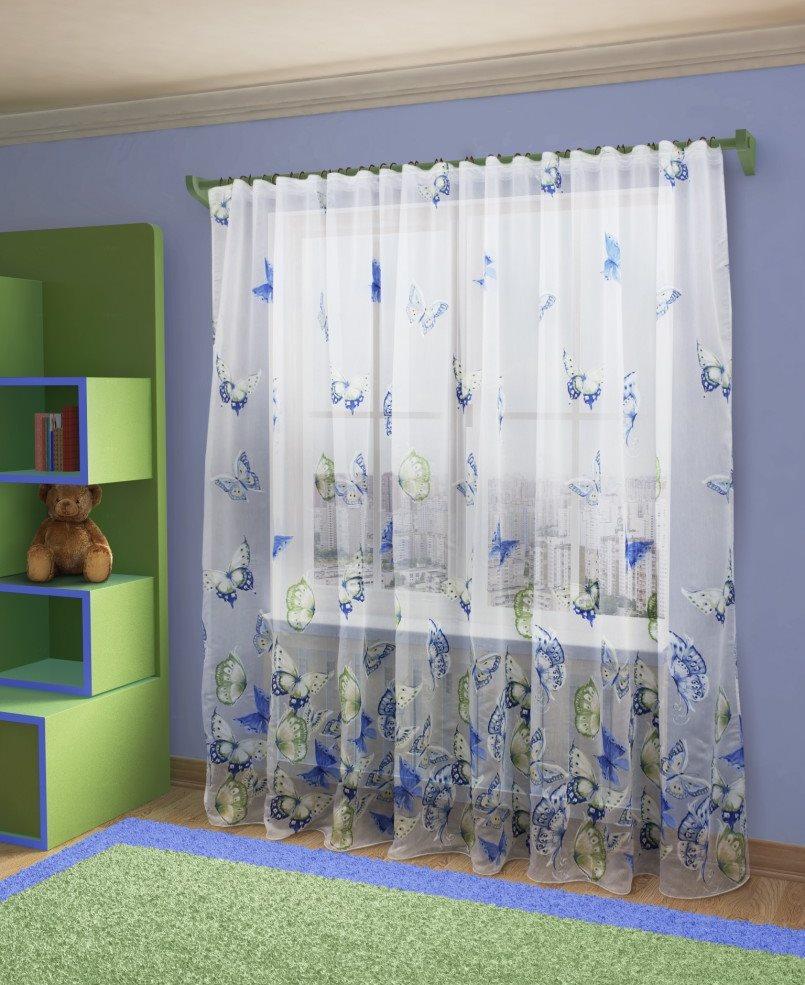 Дизайн детской комнаты с полупрозрачным тюлем на окне