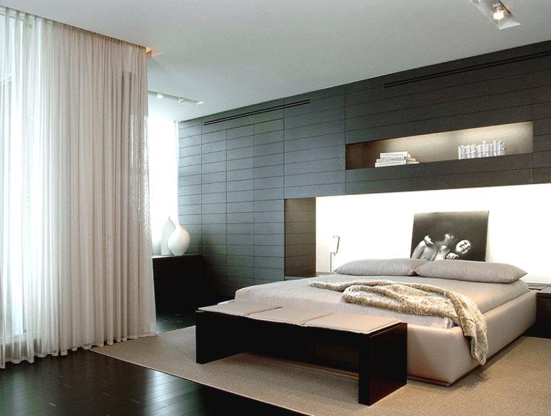 Прямые белые занавески в просторной спальне
