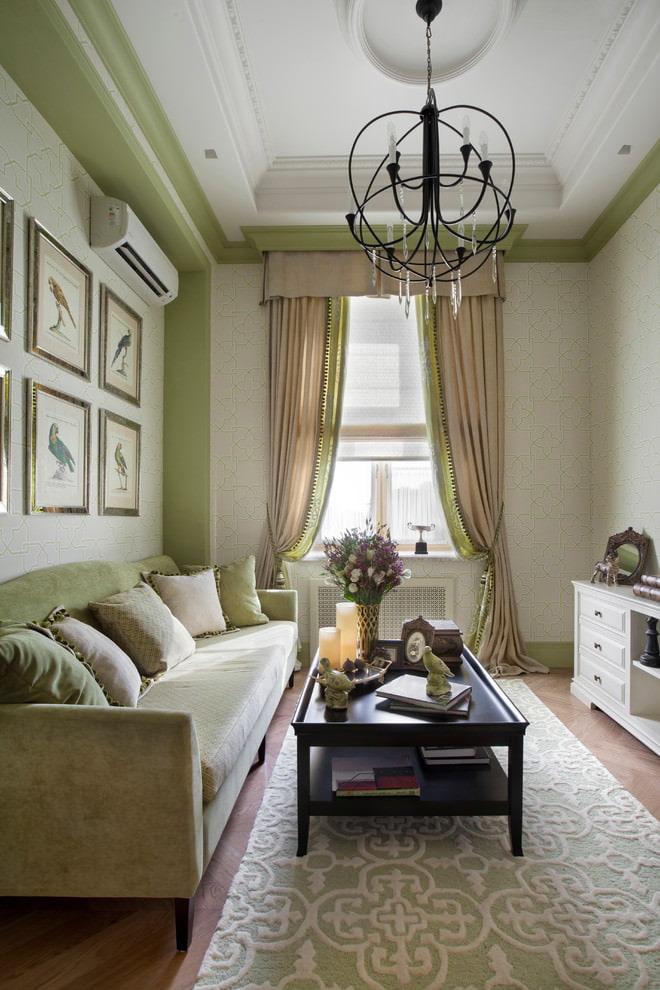 Римская штора из легкой ткани на окне гостиной с ламбрекеном