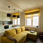 Дизайн кухни-гостиной с римскими шторами