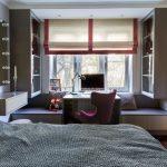 Римская штора с полосками в интерьере спальни
