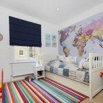 Яркий ковер с полосками на полу в детской