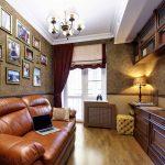 Кожаный диван в интерьере узкой гостиной