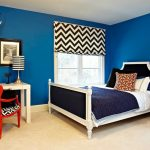 Штора с геометрическим принтом в комнате с синими стенами
