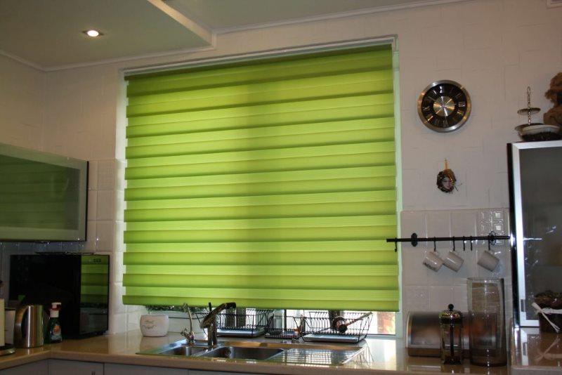 Зеленая штора день-ночь на окне кухни