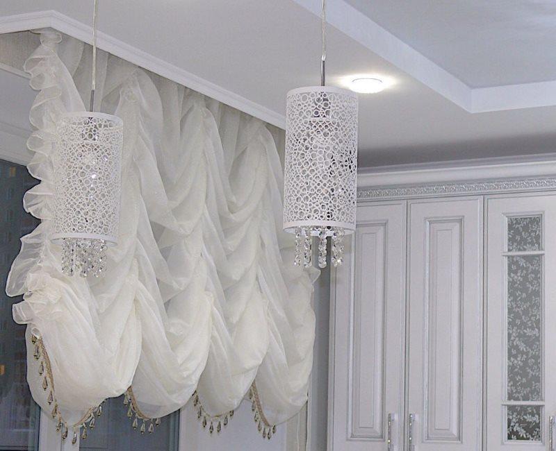 Французская штора из вуали на кухонном окне