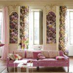 Розовые и цветочные шторы для уютной и милой гостиной