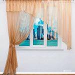 Рулонная штора с 3D-рисунком и легкие воздушные шторы песочного цвета