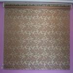 Рулонная штора с открытым механизмом из ткани с красивым рисунком