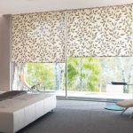 Рулонные шторы с цветочным рисунком на панорамные окна