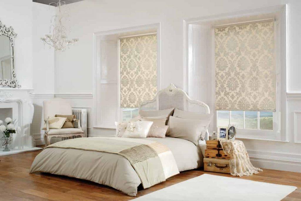 Интерьер спальни со шторами рулонного типа