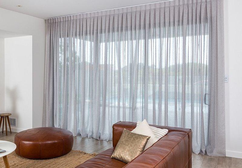 Серая вуаль со складками на панорамном окне
