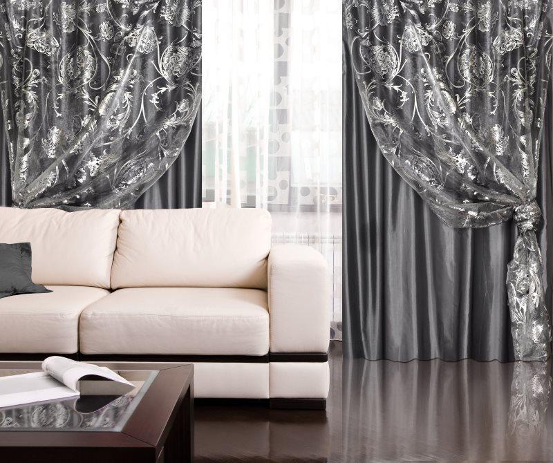 Двойные шторы серого цвета в гостиной с глянцевым полом
