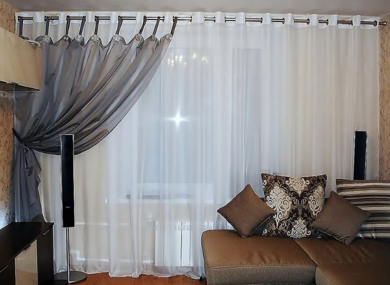 Комбинация тюля разного цвета на окне в гостиной