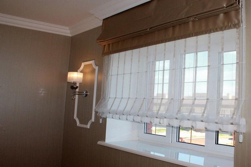 Комбинация римских штор из плотной и прозрачной тканей