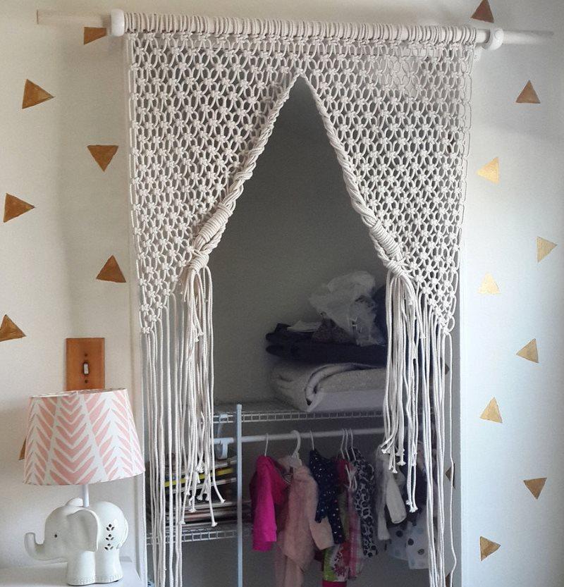 Белая штора макраме на дверном проеме