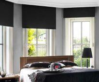 Декор окон спальни солнцезащитными шторами