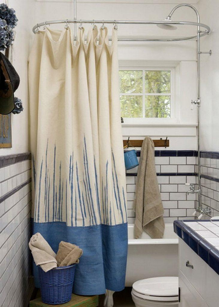 Узкая ванная комната с занавеской на подвесном карнизе