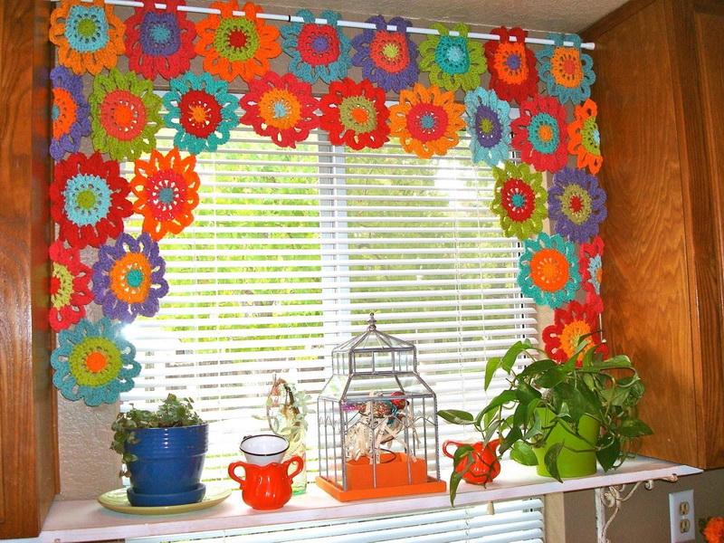 Кухонная занавеска из цветных вязаных салфеток