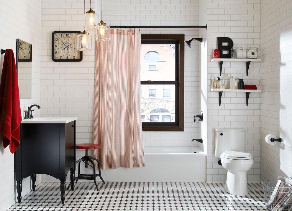 Открытые полки на стене ванной комнаты совмещенного типа