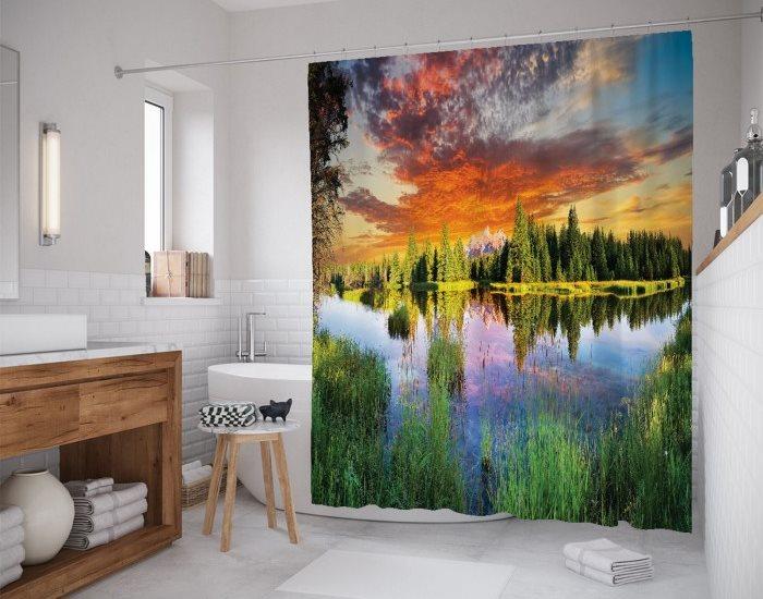 Красивая шторка с пейзажем в ванной комнате