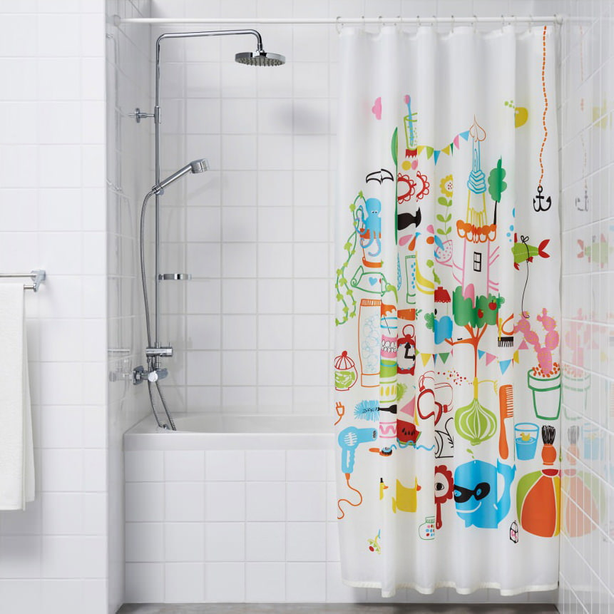 Зонирование ванной комнаты шторкой с ярким принтом
