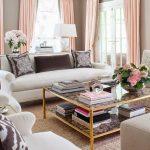 Нежно-розовые занавески в светлой гостиной