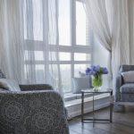 Легкие занавеси на большом окне гостиной