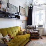 Прямой диван с оливковой обивкой