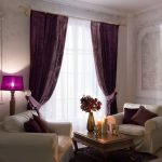 Бархатные шторы в гостиной с двумя креслами